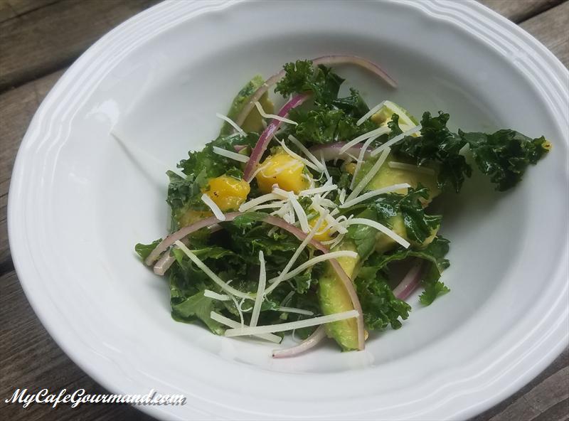 Salade de kale avec avocat et mangue